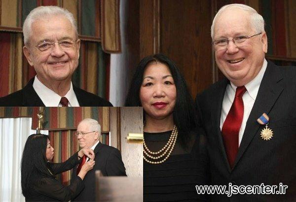 اهداء مدال نیروی هوایی آمریکا به کنت کوئین