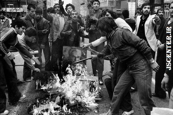 مردم در حال سوزاندن عکس شاه