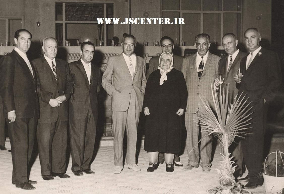 عکس حبیبالله القانیان و سایر برادران القانیان با مادرشان