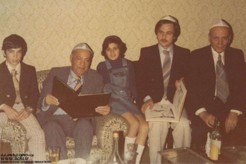 عکس حبیبالله القانیان و صیون القانیان در حال خواندن تورات