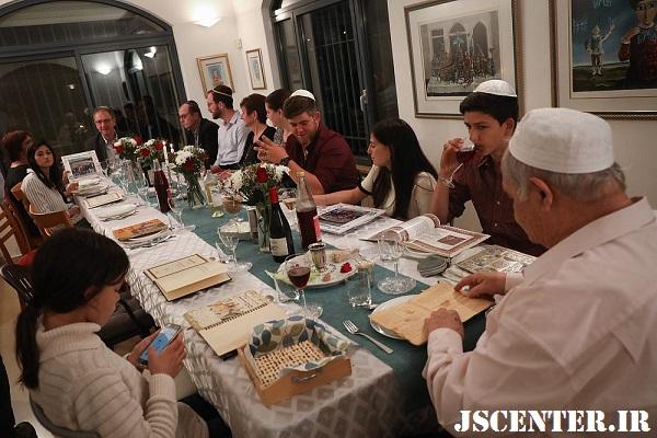 خانواده یهودی بر سفره عید پسح